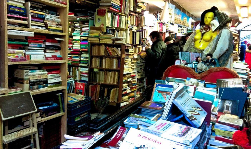 Libreria Acqua Alta w Wenecji | Księgarnia trochę jak Cmentarz Zapomnianych Książek