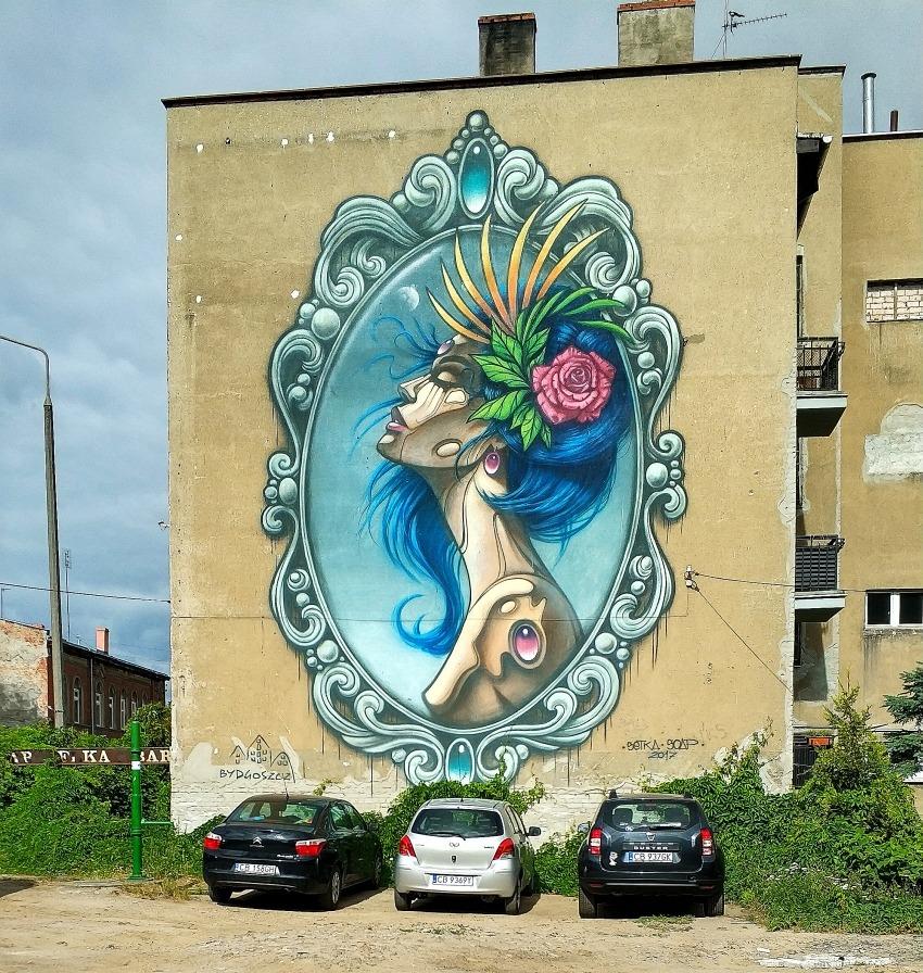 Street art w Bydgoszczy. Panienka z okienka mural