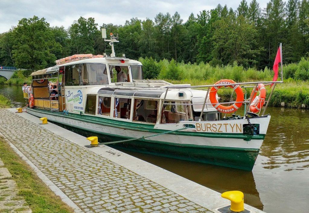 Kraina Kanału Elbląskiego pochylnia Buczyniec. Statek Bursztyn. Statkiem po trawie
