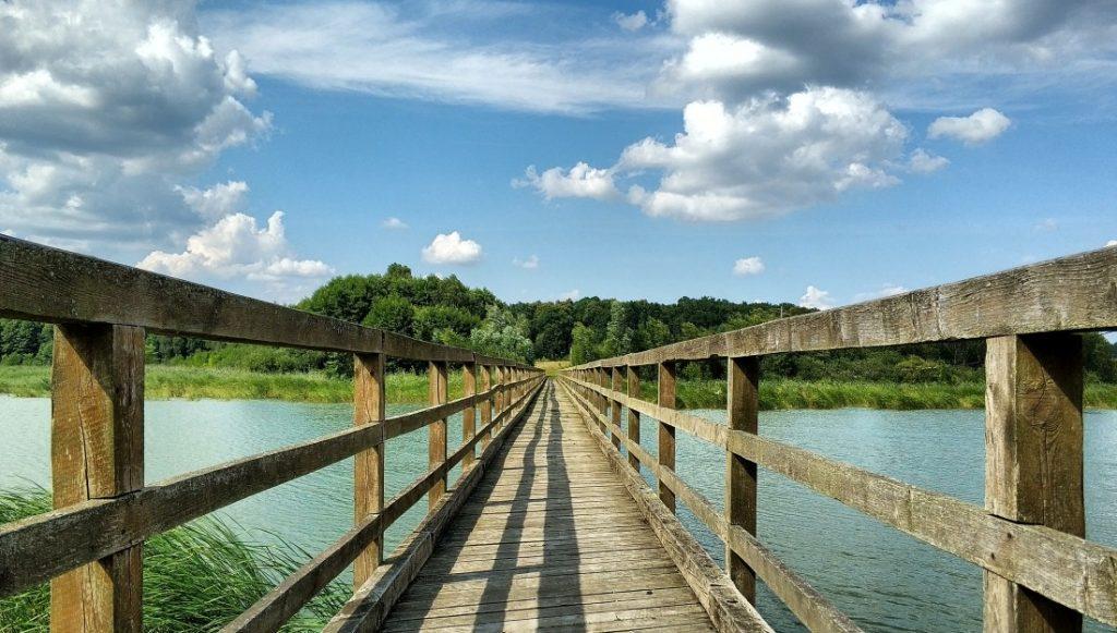 Radomno. Kładka na jeziorze Radomno. Szlak św. Jakuba. ziemia lubawska