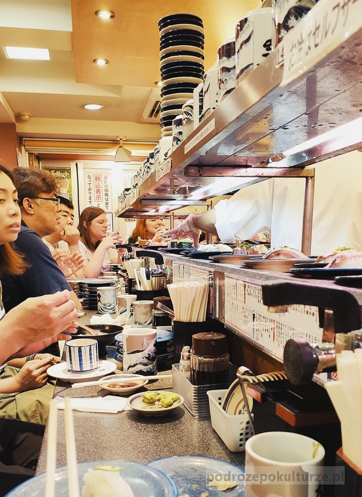 Kaitenzushi Tokyo. Sushi na jeżdżące na taśmie. Sushi w Tokio