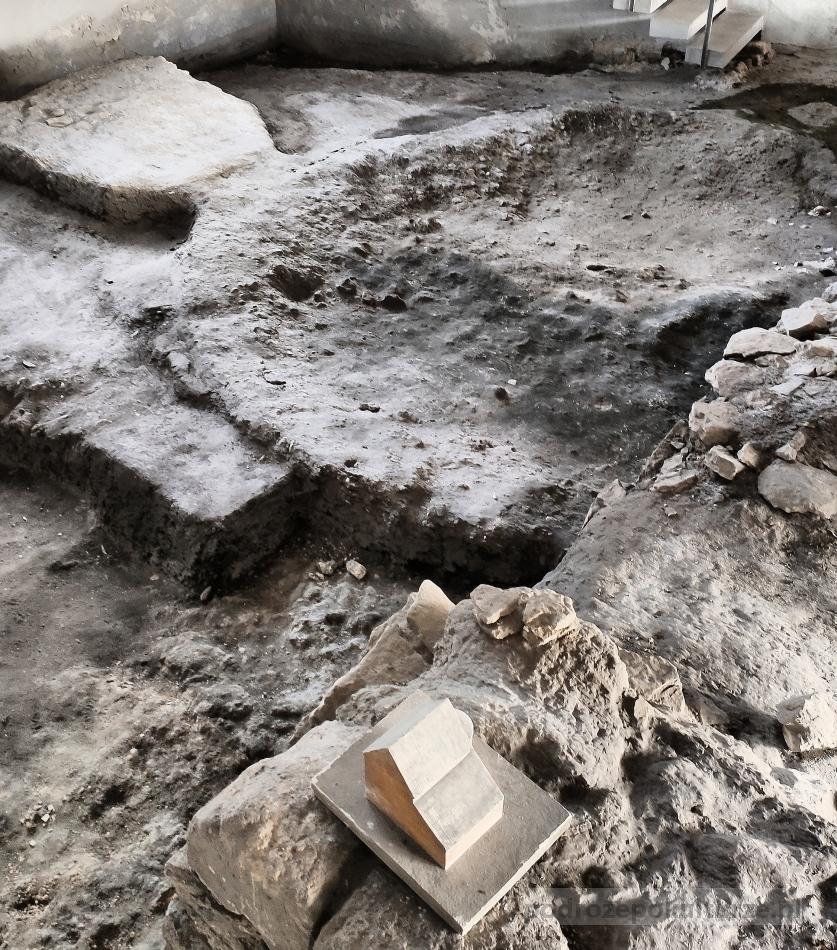 Wiślica: baptysterium w Pawilonie Archeologicznym. Legenda panońska