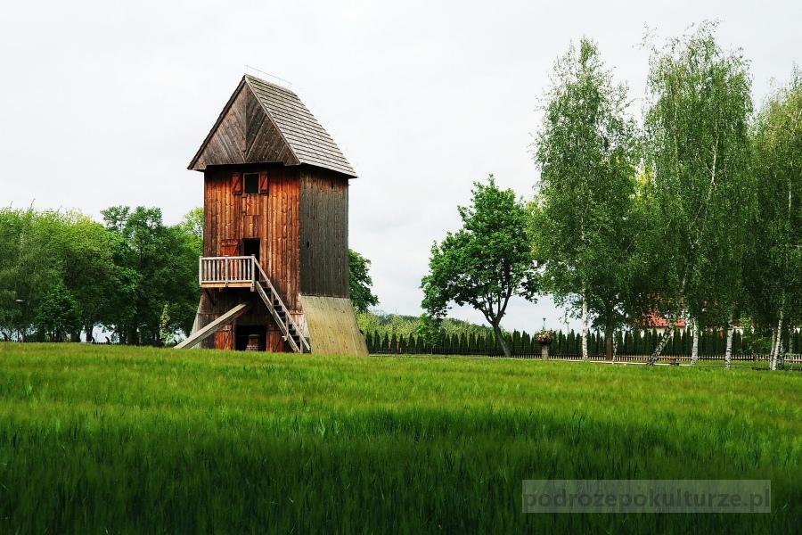 Skansen budownictwa ludowego w Wolsztynie. Wiatrak typu koźlak. Drewniany młyn