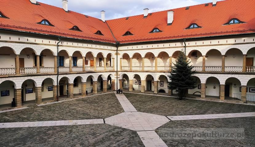 Niepołomice zamek. Dziedziniec arkadowy. Atrakcje turystyczne Niepołomic. Polskie zamki królewskie
