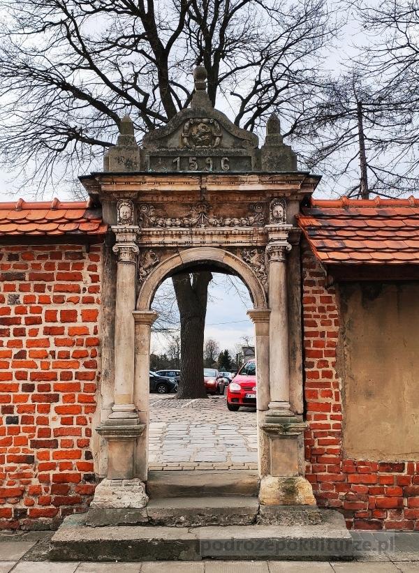 Niepołomice kościół Santi Gucci brama w murze