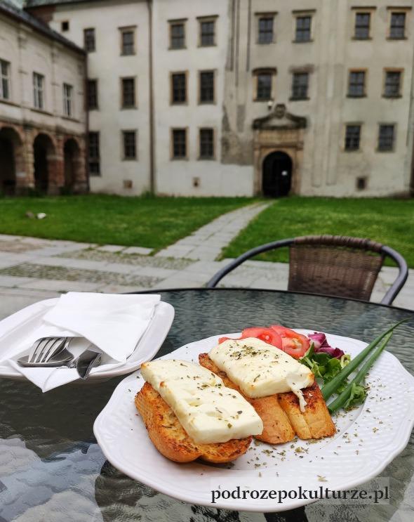Zamek w Międzylesiu, grzanka z serem z Różanki