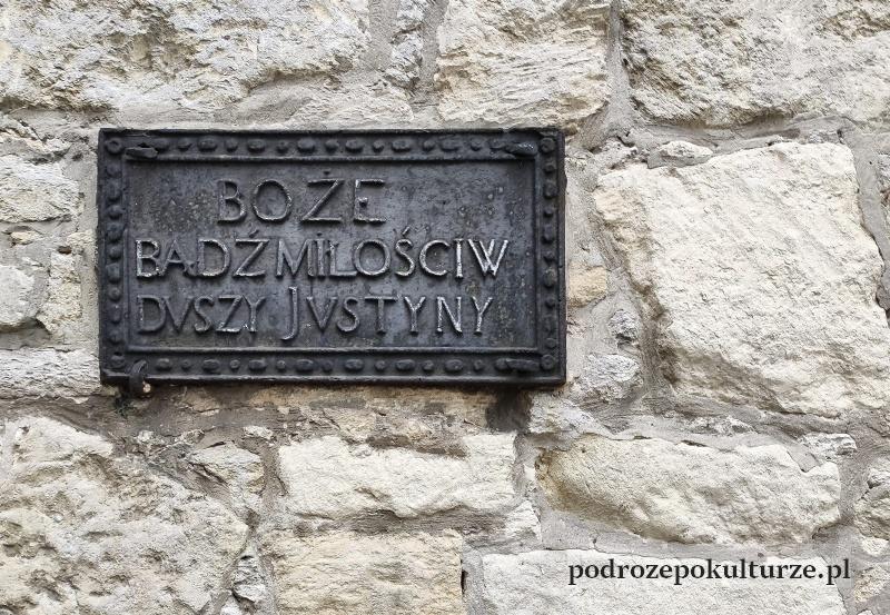 Kościół reformatów w Pińczowie, tajemnicza tabliczka Justyna