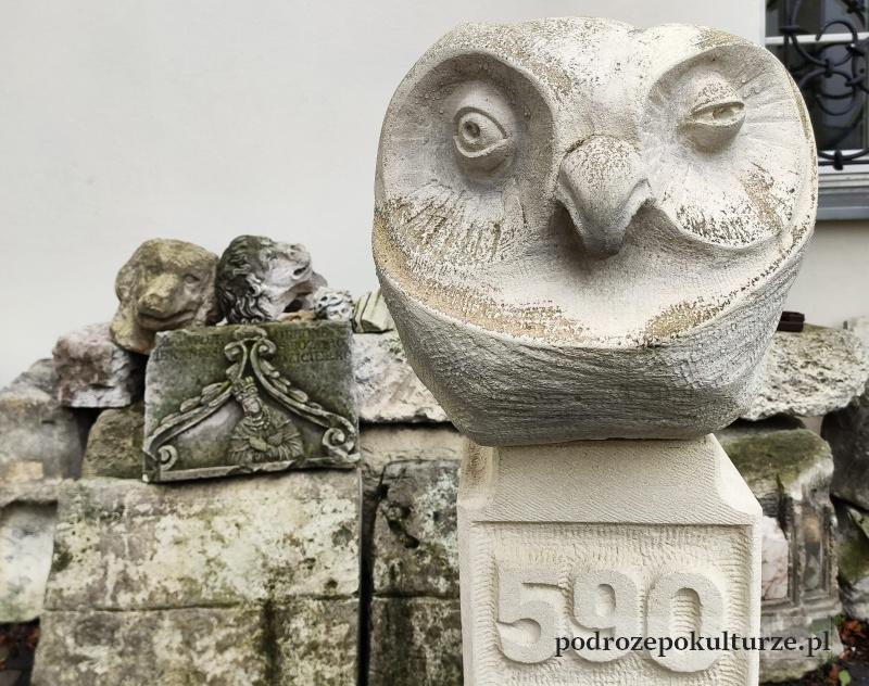 Pińczów muzeum regionalne. Lapidarium w wirydarzu. Rzeźby z Pińczaka