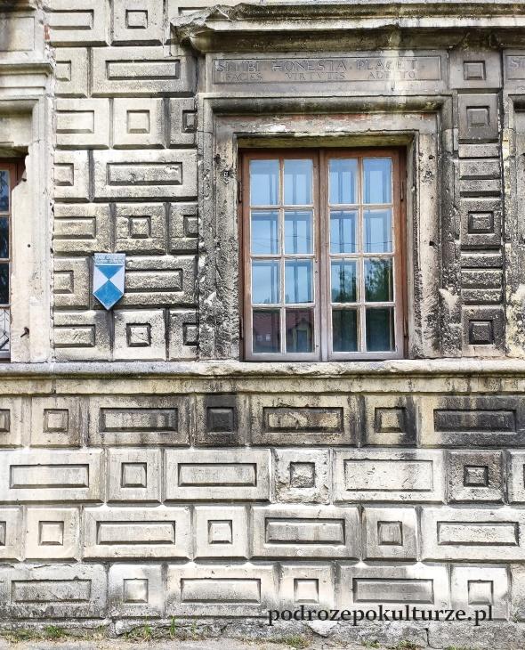 Dom ariański Pińczów rustyka na fasadzie