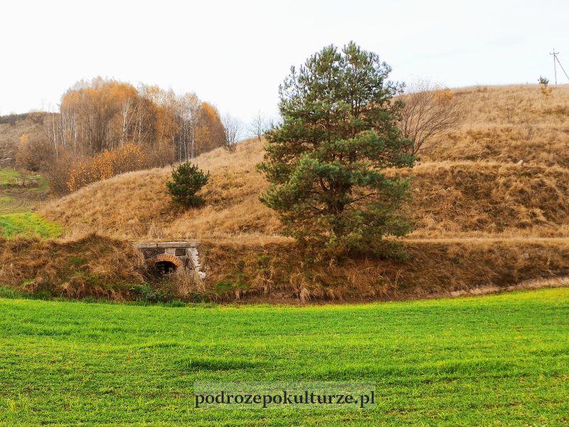 Linia kolejowa z Iławy do Brodnicy. Nasyp i przepust pod nim w okolicy Kurzętnika
