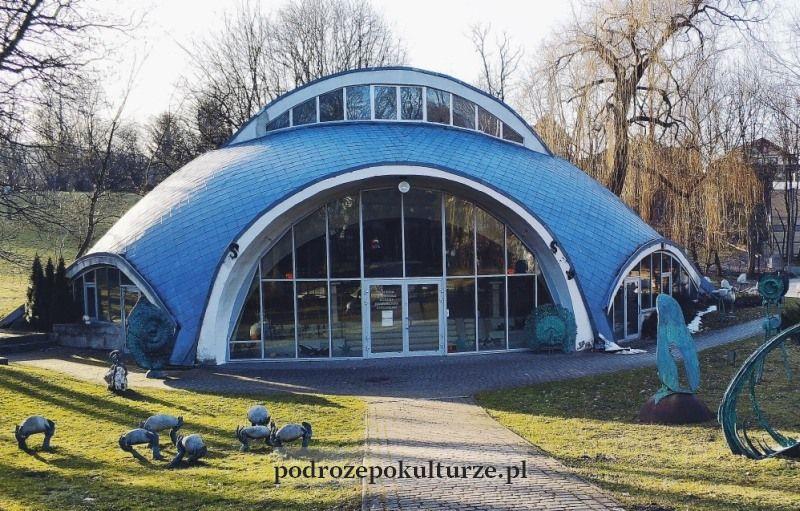 Galeria rzeźb Bronisława Chromego w Parku Decjusza. Nieznane atrakcje Krakowa. Pawilon wystawowy