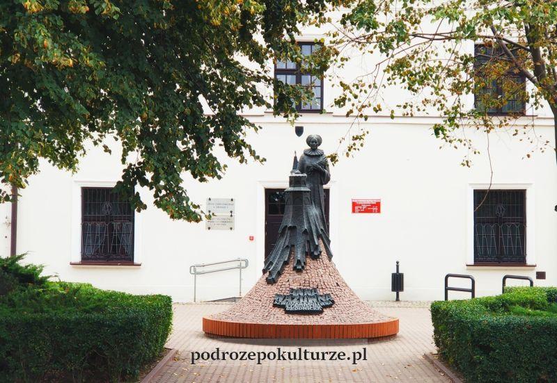 Brodnica pomnik Anny Wazówny przed pałacem