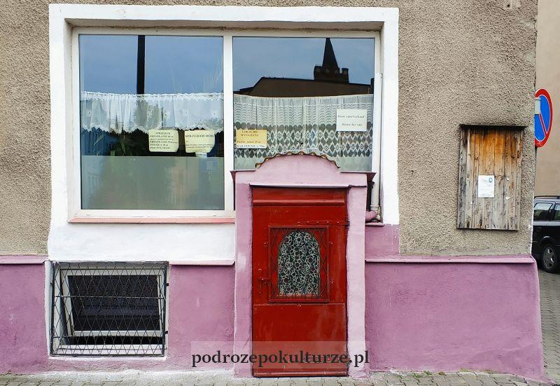 Dom z małymi drzwiami. Brodnica
