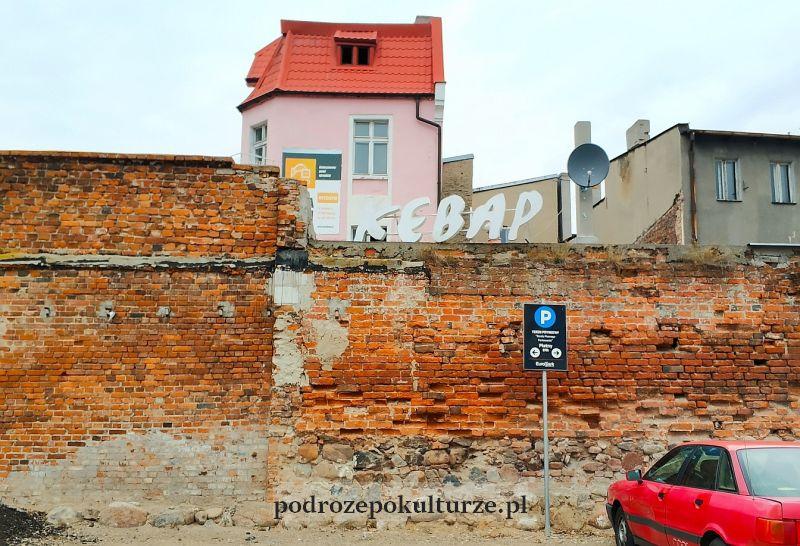 Brodnica zachowany fragment murów miejskich