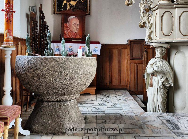 wnętrze kościoła w Borecznie chrzcielnica