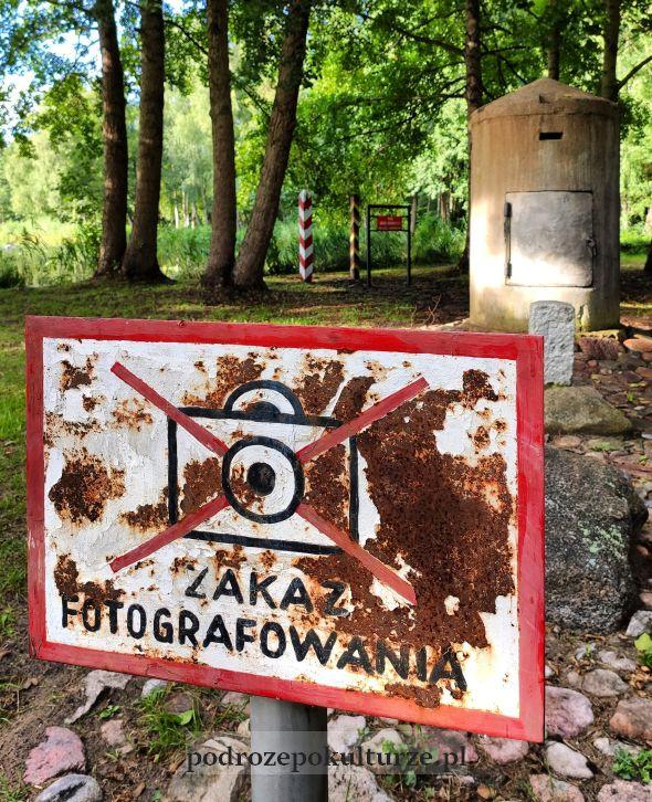 Park Drogowskazów i Słupów Milowych Cywilizacji tabliczka zakaz fotografowania