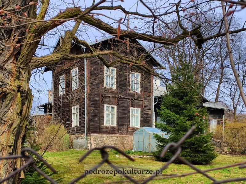 Krzeszowice była leśniczówka z roku 1881. Drewniany dom