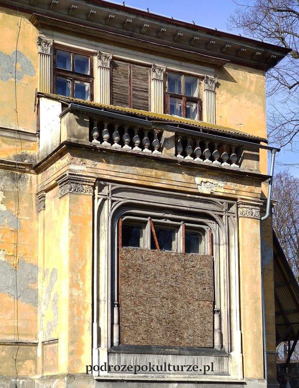 Pałac Potockich w Krzeszowicach. Ozdobnie obramowane okno