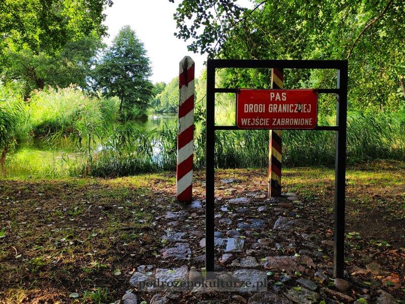 17 zaskakujących i nieznanych miejsc w Polsce park drogowskazów w Witnicy
