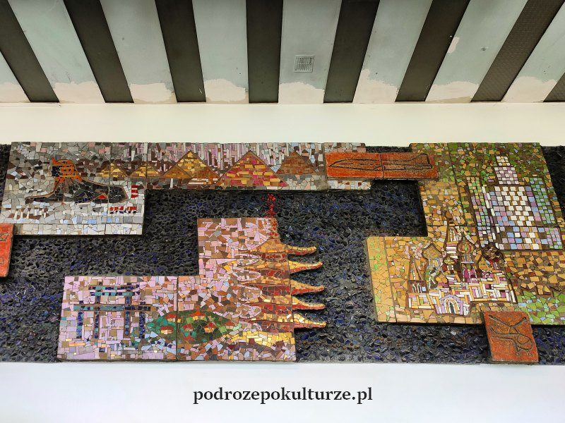 """Fragment reliefu """"Miasta"""" w dawnym hotelu Cracovia"""