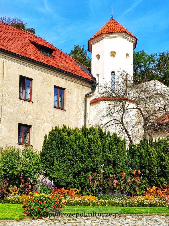 Zamek w Pieskowej Skale - dziedziniec i baszta