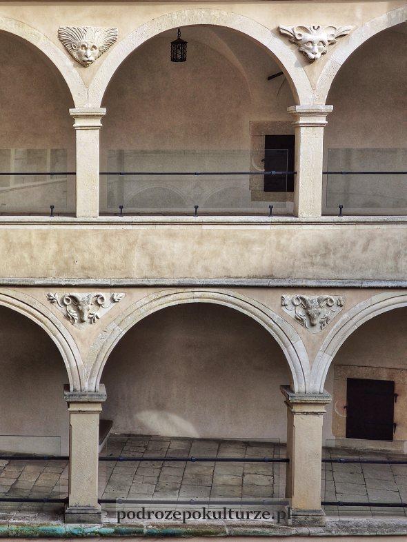 Zamek Pieskowa Skała - maszkarony na krużgankach